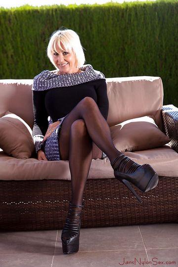 Зрелая блондинка стала раком и блеснула сочной промежностью - порно фото